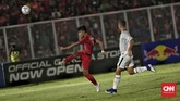 Keunggulan 1-0 membuat Timnas Indonesia U-19 berhasrat mencetak gol kedua, namun tekanan Timor Leste mempersulit upaya tim Merah Putih untuk masuk ke daerah sepertiga terakhir. (CNN Indonesia/Bisma Septalisma)
