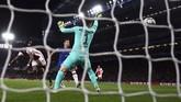 Memasuki menit ke-20 Quincy Promes membawa Ajax unggul lagi. Promes menanduk umpan Hakim Ziyech. (AP Photo/Ian Walton)