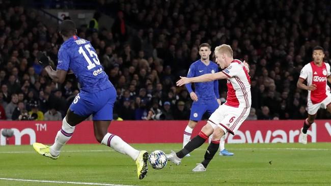 Babak kedua berjalan 10 menit, Ajax menambah gol melalui sepakan Donny Van De Beek dari dalam kotak penalti. (AP Photo/Frank Augstein)