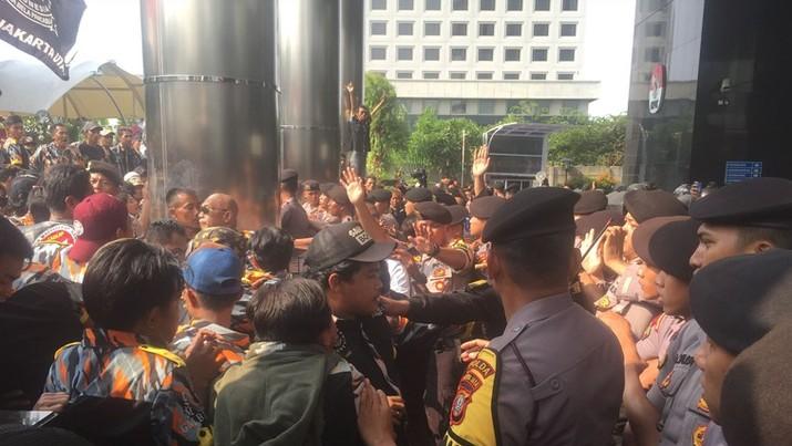 Massa yang menamakan diri Gerakan Masyarakat Bawah Indonesia (GMBI) melakukan aksi unjuk rasa di depan gedung KPK dan berlangsung rusuh