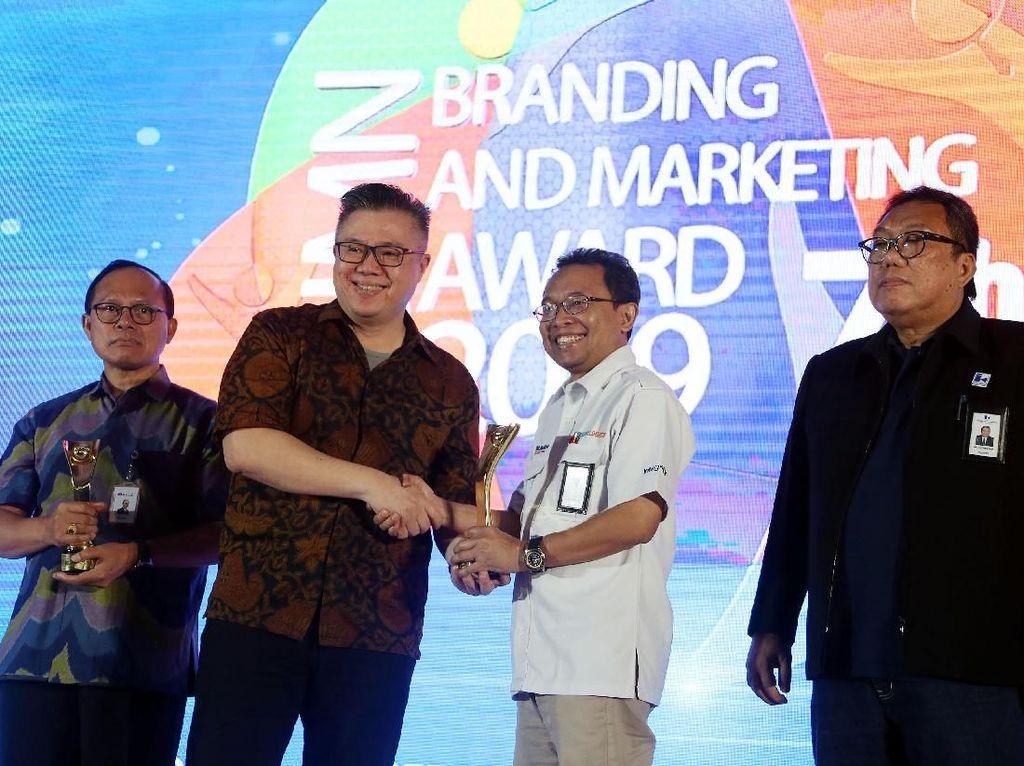 Direktur Utama BGR Logistics, M. Kuncowo Wibowo (tengah) menerima tiga penghargaan dalam ajang BUMN Branding & Marketing Award 2019 yang diserahkan oleh Ketua Dewan Juri, Rhenald Kasali, di Jakarta (5/11).