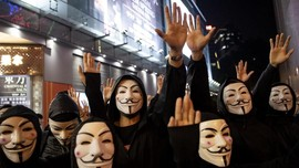 Bentrok dengan Polisi, Pedemo Hong Kong Bakar Gerbang Kampus