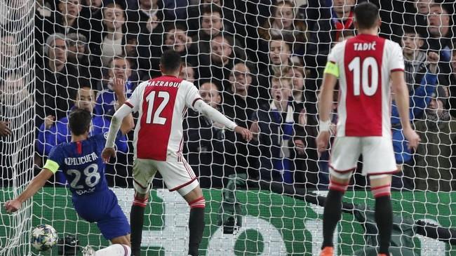 Cesar Azpilicueta mencocor bola yang dilepaskan Tammy Abraham. Chelsea memperkecil ketertinggalan menjadi 2-4 pada menit ke-63. (AP Photo/Frank Augstein)