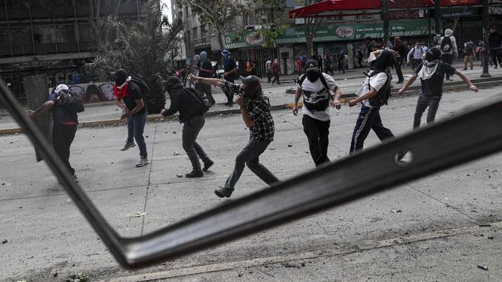 Para demonstran anti-pemerintah berbenturan dengan polisi selama demonstrasi di Santiago, Chili