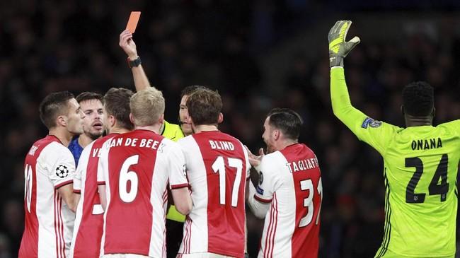 Wasit Gianluca Rocchi memberi kartu merah kepada dua pemain Ajax. Daley Blind mendapat kartu kuning kedua setelah dinilai melanggar pemain Chelsea, sementara Joel Veltman menerima kartu kuning kedua karena handsball. (AP Photo/Ian Walton)