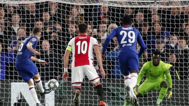 Handsball Joel Veltman berbuntut penalti. Jorginho yang kembali menjadi algojo tendangan 11 meter, kembali memperdaya Andre Onana. Chelsea tertinggal satu gol saja pada menit ke-71. (AP Photo/Frank Augstein)