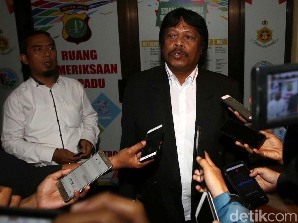 Kuasa hukum Kepala Bapenda Bekasi Aan Suhanda, Purwadi memberikan keterangan kepada wartawan perihal pemeriksan kliennya.