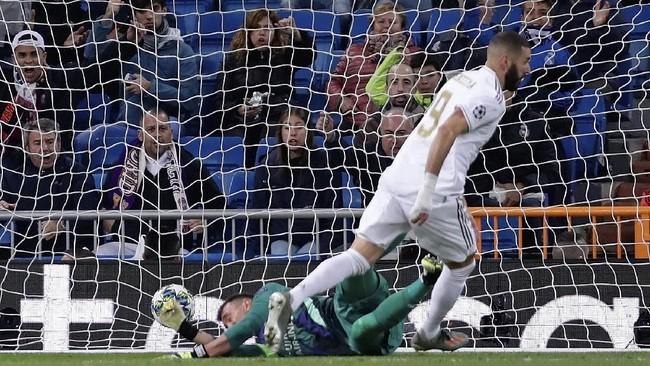 Menjelang babak pertama berakhir, Karim Benzema mencetak gol dan membuat Los Merengues unggul 4-0. (AP Photo/Manu Fernandez)