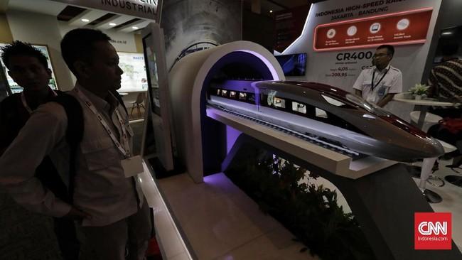 Pengunjung mengamati miniatur proyek kereta cepat yang dipamerkan di salah satu stan pameran Konstruksi Indonesia 2019 di JI Expo Kemayoran, Jakarta, Kamis (7/11). (CNN Indonesia/Adhi Wicaksono)