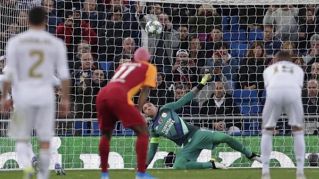 Pelanggaran terhadap Toni Kroos di area kotak 16 membuat wasit Felix Zwayer menunjuk titik putih. Sergio Ramos menuntaskan tugas sebagai algojo penalti dengan mengecoh Fernando Muslera.(AP Photo/Manu Fernandez)