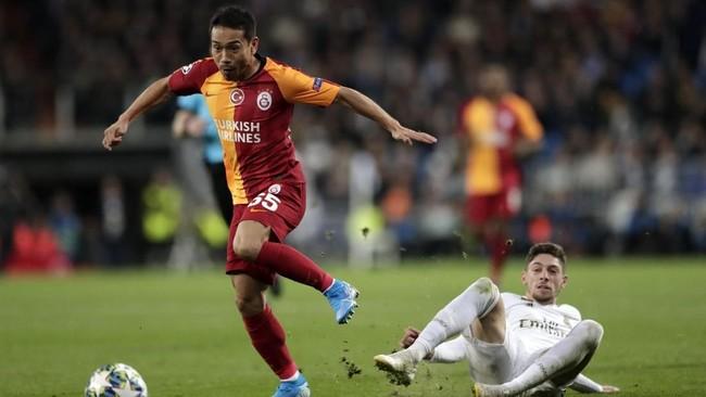 Galatasaray berupaya membuat gol balasan dalam laga tandang sekaligus gol pertama dalam Liga Champions. Dari tiga laga sebelumnya, wakil Turki itu belum pernah mencetak gol. (AP Photo/Bernat Armangue)
