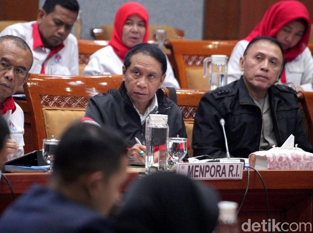 Menpora Zainuddin Amali nampak didampingi oleh Ketua Umum PSSI periode 2019-2023 Mochamad Iriawan (kanan) dan Sesmenpora Gatot S Dewa Broto, mengikuti rapat kerja dengan Komisi X DPR di Kompleks Parlemen, Senayan, Jakarta, Kamis (7/11/2019).