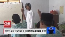 VIDEO: Protes Atap Kelas Lapuk, Guru Mengajar Pakai Helm