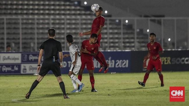 Tak hanya sibuk membangun serangan, para pemain Timnas Indonesia U-19 juga harus mengantisipasi serangan lawan. (CNN Indonesia/Bisma Septalisma)
