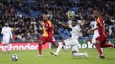 Rodrygo melengkapi kemenangan Madrid dengan sebuah gol pada detik-detik terakhir pertandingan. Setelah mencetak gol dengan kaki kiri dan kepala, mantan pemain Santos itu mencetak gol ketiga dengan kaki kanan. (AP Photo/Manu Fernandez)