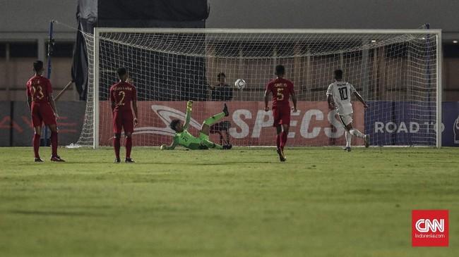 Ernando Ari Sutaryadi gagal membendung tendangan penalti Mouzinho de Lima pada menit ke-51. Sebelumnya Ernando dianggap melanggar Mouzinho di kotak 16. (CNN Indonesia/Bisma Septalisma)