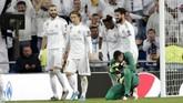 Karim Benzema, Luka Modric, Rodrygo, dan Isco merayakan gol sementara Fernando Muslera menunduk setelah kebobolan untuk kali keenam. Madrid kini menempati peringkat kedua dan Galatasaray berada di posisi juru kunci di Grup A. (AP Photo/Bernat Armangue)