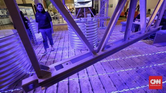 Pengunjung mengamati miniatur jembatan yang dipamerkan di salah satu stan pameran Konstruksi Indonesia 2019 di JI Expo Kemayoran, Jakarta, Kamis (7/11). (CNN Indonesia/Adhi Wicaksono)