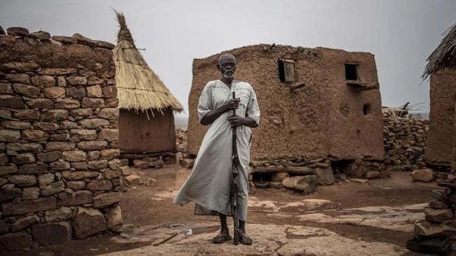 Ratusan pria di kamp memiliki banyak alasan untuk bergabung dengan jihadis, termasuk keinginan memiliki uang hingga melindungi keluarga.(Photo by Marco LONGARI / AFP)