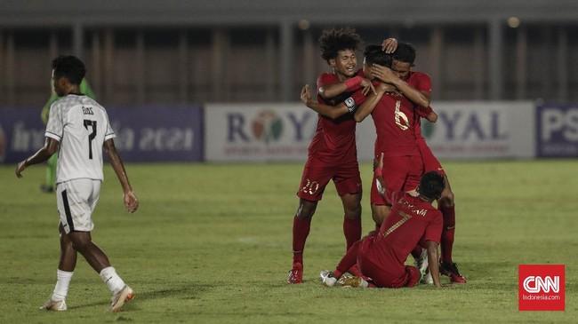 Keunggulan jumlah pemain benar-benar dimanfaatkan pemain Timnas Indonesia untuk mencetak gol. David Maulana menyarangkan gol kedua tim Garuda yang membuat skor menjadi 2-1 pada menit ke-62.(CNN Indonesia/Bisma Septalisma)