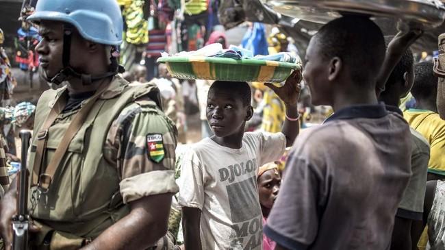 Masyarakat Mopti kini hidup di dalam bayang-bayang konflik dan kriminalitas yang telah menewaskan ribuan orang.(Photo by Marco LONGARI / AFP)