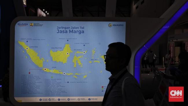 Pengunjung mengamati salah satu stan pameran Konstruksi Indonesia 2019 di JI Expo Kemayoran, Jakarta, Kamis (7/11). (CNN Indonesia/Adhi Wicaksono)