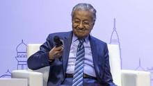 Mahathir Mimisan Saat Konferensi Pers, Dievakuasi Ajudan