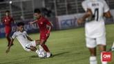 Beberapa kali pemain-pemain Timor Leste juga melakukan pendekatan sepak bola yang keras untuk menjaga pergerakan anak asuh Fakhri Husaini.(CNN Indonesia/Bisma Septalisma)