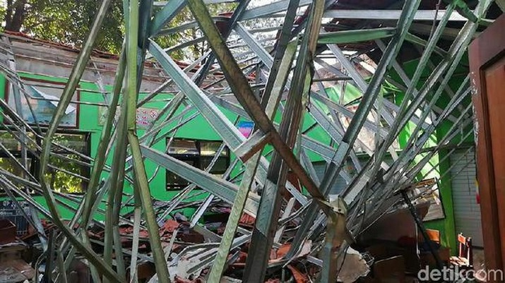 SDN Gentong di Pasuruan ambruk pada hari Selasa 5/11/2019. Nadiem turun melihat lokasi kejadian.
