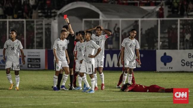 Wasit Payam Heidari memberi kartu merah kepada Nelson Pinto yang menendang kepala Amiruddin Bagus Kahfi pada menit ke-58. (CNN Indonesia/Bisma Septalisma)