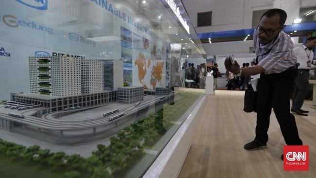 Pengunjung mengamati miniatur gedung yang dipamerkan di salah satu stan pameran Konstruksi Indonesia 2019 di JI Expo Kemayoran, Jakarta, Kamis (7/11). (CNN Indonesia/Adhi Wicaksono)