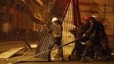 Seorang demonstran berusia 20 tahun dilaporkan tewas saat bentrokan antara massa pro dan anti-pemerintah, menjadikan total korban tewas mencapai tiga orang.(AP Photo/Juan Karita)