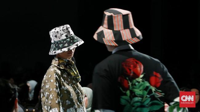 Gaya Eropa itu berpadu dengan sulaman variasi corak, material tekstur dan kain yang beragam, serta volume dan siluet klasik yang selama ini jadi ciri khas Biyan. (CNN Indonesia/Andry Novelino)