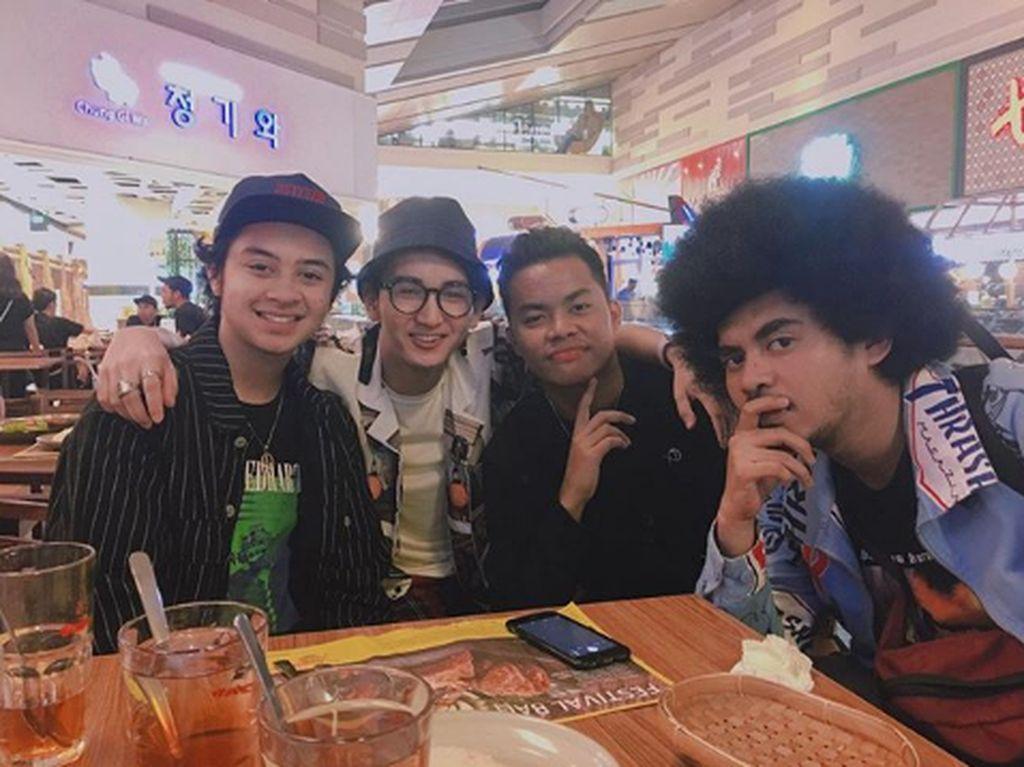 Selain Angga, Rio Ramadhan juga pernah makan bersama dengan teman selebriti lainnya. Seperti momennya kali ini, ia tampak bersama dengan Bastian Steel. Foto: Instagram @riooramadhn