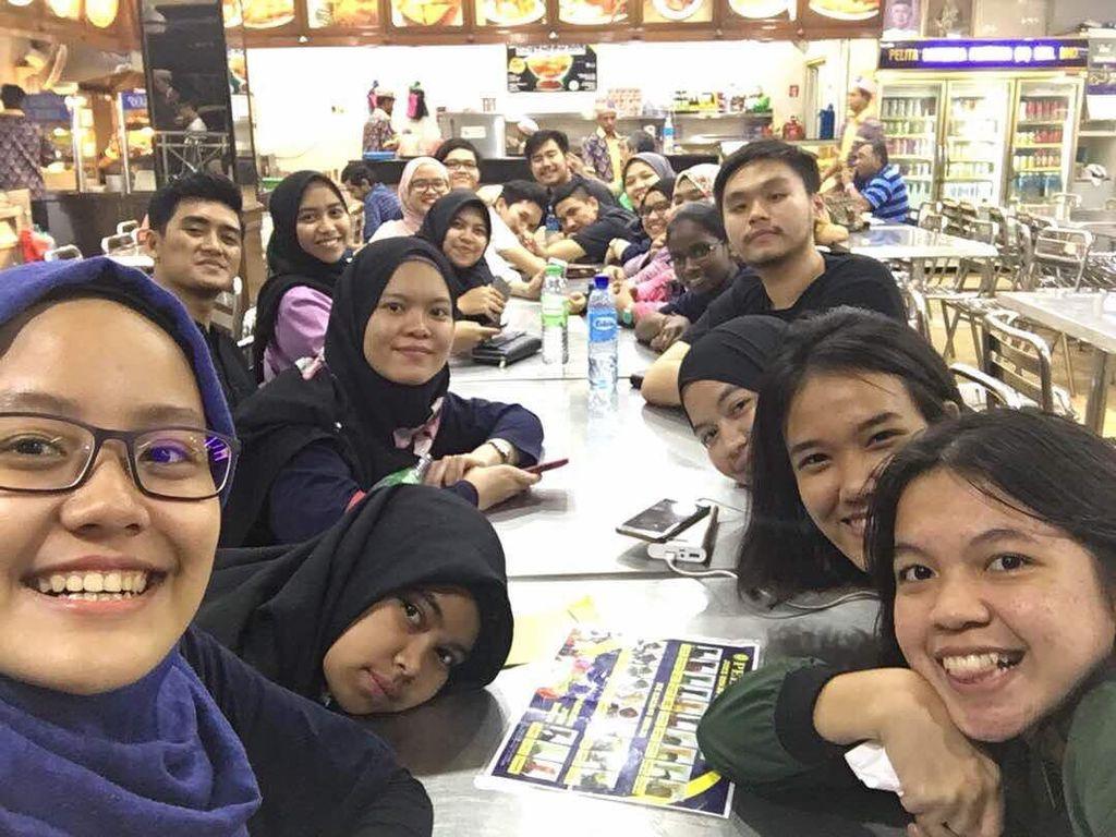 COP Students, Malaysia, tulis William di unggahan ini. Ia dan teman-temannya terlihat sedang bersiap makan bersama. Foto: Instagram willsarana