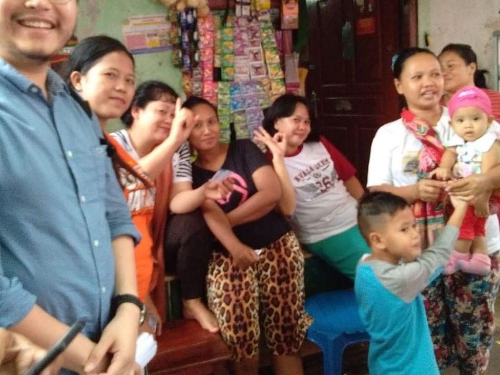 William mencalonkan diri sebagai anggota DPRD dari daerah pemilihan (dapil) DKI Jakarta 9. Ini momennya ketika sosialisasi ke warga yang menjual makanan dan minuman ringan. Foto: Instagram willsarana