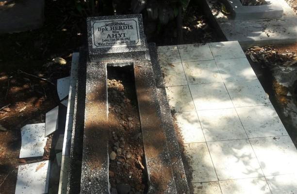 Potret 27 Makam di Tasikmalaya yang Dibongkar Bagian Kepalanya