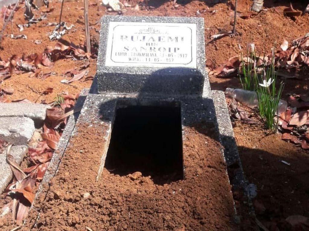 Makam itu tidak dibongkar seluruhnya, terlihat tanah bagian tempat kepala jenazah disemayamkan yang melompong akibat penggalian. Pool/Polsek Cikatomas.