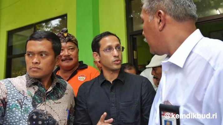 Gaya Santai Nadiem Makarim Kunjungi SD Ambruk di Pasuruan