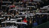 Suporter Partizan Belgrade memberikan dukungan langsung untuk skuat asuhan Savo Milosevic di Stadion Old Trafford, Kamis (7/11) waktu setempat. Di laga ini, Partizan harus mengakui keunggulan MU dengan skor 3-0. (AP Photo/Dave Thompson)