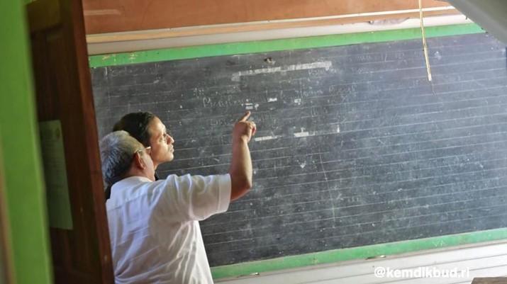 Ia menyampaikan materi tentang Pendidikan Berdaya Saing Global.