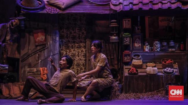 Pada pentas kali ini, Teater Koma kembali menghadirkan elemen multimedia ke dalam panggung, seperti pada beberapa pementasan sebelumnya. (CNN Indonesia/Bisma Septalisma)