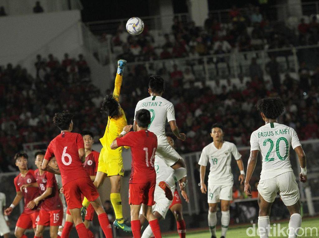 Kiper Hong Kong berusaha menghalau bola.