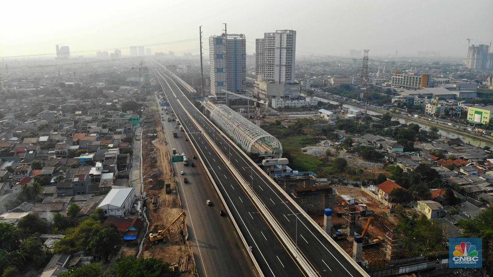 Saat ini, ada tiga proyek besar di sepanjang koridor tol Jakarta-Cikampek yang sedang dibangun oleh pemerintah. CNBC Indonesia/Andrean Kristianto