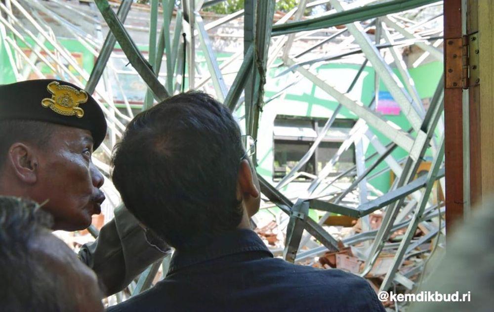 Nadiem mengunjungi SD ambruk di Pasuruan dan melayat ke rumah keluarga korban.