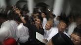 Jamaah membaca sholawat nabi saat tradisi berebut koin di masjid Jami Jamsaren, Kota Kediri, Jawa Timur, Jumat (8/11) malam. Tradisi pembacaan sholawat nabi yang disertai dengan melempar dan berebut uang logam tersebut guna memperingati Maulid Nabi Muhammad SAW. (ANTARA FOTO/Prasetia Fauzani)
