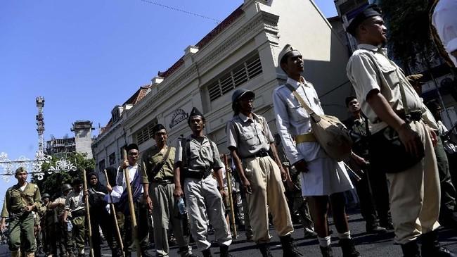 Peserta parade berbaris saat Parade Surabaya Juang di sepanjang Jalan Tunjungan, Surabaya, Jawa Timur, Sabtu (9/11). Parade tersebut digelar dalam rangka menyambut Hari Pahlawan. (ANTARA FOTO/Zabur Karuru)