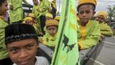 Sejumlah santri Tarbiyah Islamiyah menumpangi mobil bak terbuka saat mengikuti pawai menyambut Maulid Nabi 12 Rabiul Awal 1441 H di Lhokseumawe, Aceh, Jumat (8/11). Pawai itu sebagai lambang semangat persatuan dan kesatuan sekaligus mengenang perjuangan Nabi Muhammad SAW. (ANTARA FOTO/Rahmad)