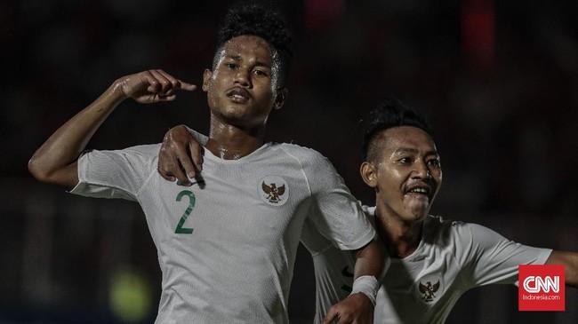 Upaya Timnas Indonesia U-19 untuk mencetak gol membuahkan hasil di menit ke-24 lewat Bagas Kaffa. Bagas melakukan overlap dan menaklukkan kiper lawan usai melakukan umpan 1-2 dengan David Maulana. (CNN Indonesia/Bisma Septalisma)
