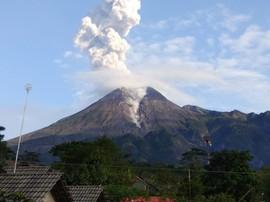 Gunung Merapi Meletus, Hujan Abu Guyur Dua Desa